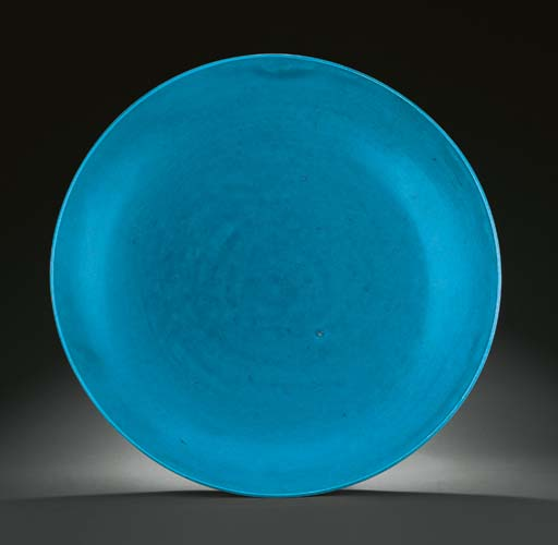 AN EXTREMELY RARE MING TURQUOISE-GLAZED CHARGER