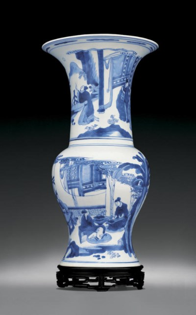 A FINE BLUE AND WHITE VASE, FE