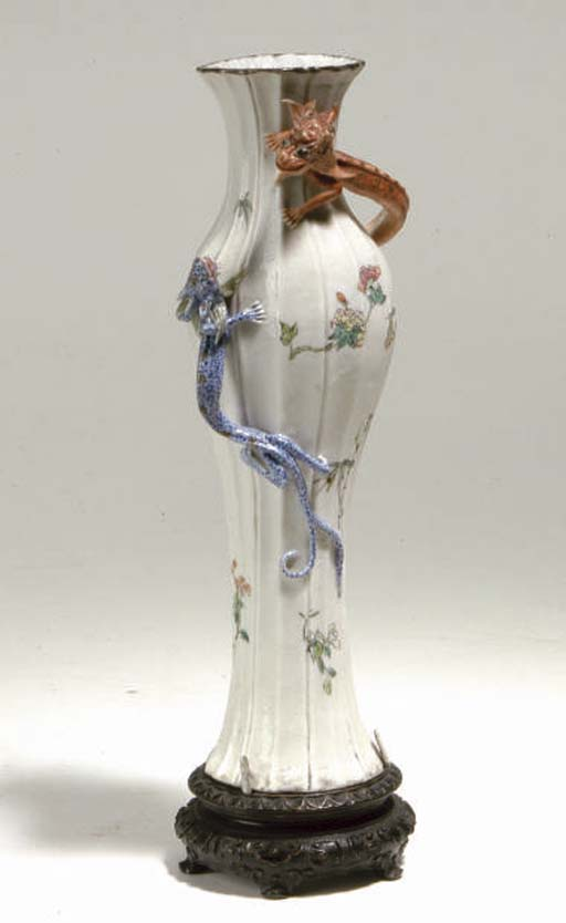 AN UNUSUAL SMALL FAMILLE ROSE-DECORATED SLENDER BALUSTER VASE,