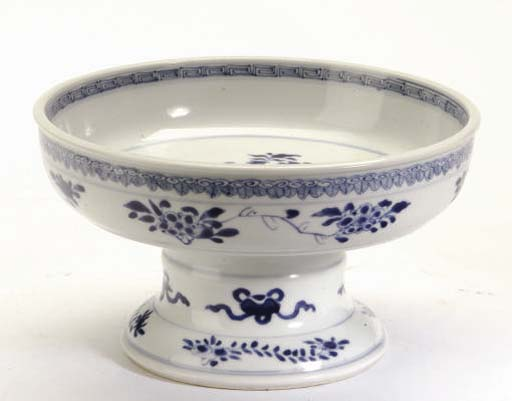 A CHINESE BLUE AND WHITE PORCELAIN FOOTED DISH,
