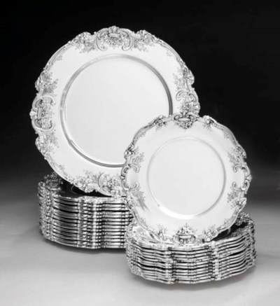 A SET OF FIFTEEN SILVER DINNER