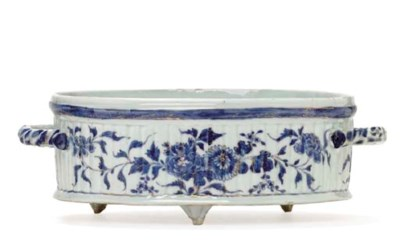A BLUE AND WHITE OVAL BASIN