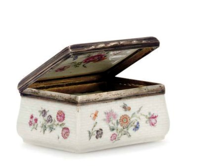 A MEISSEN STYLE SNUFF BOX AND