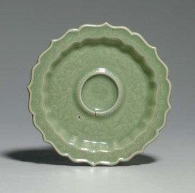 A LONGQUAN CELADON CARVED BARBED CUP STAND