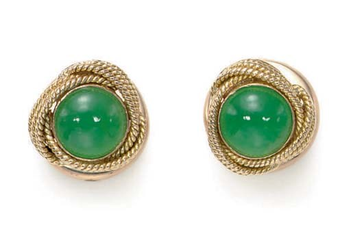 A PAIR OF JADE AND GOLD CUFFLI