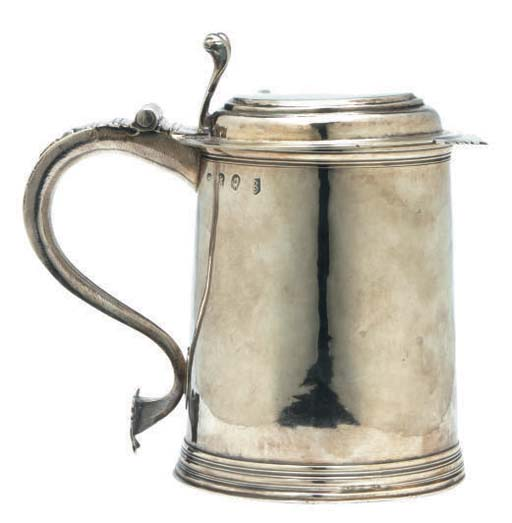A QUEEN ANNE SILVER TANKARD WITH HINGED COVER,