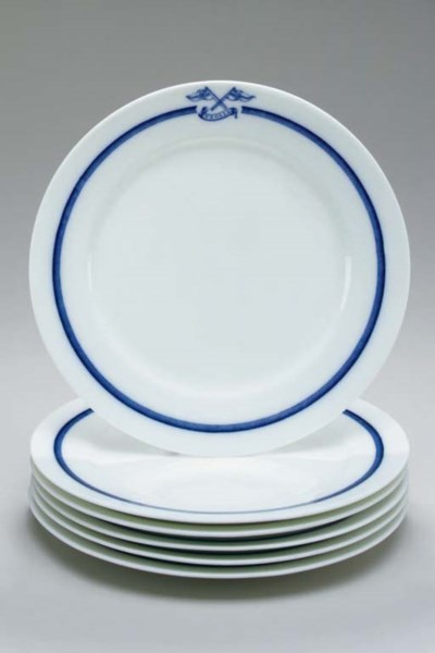 A set of 6 dinner plates for t