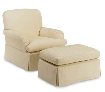 AN UPHOLSTERED CLUB CHAIR WITH