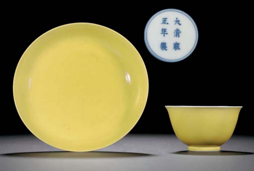 A SMALL YELLOW-GLAZED SAUCER D