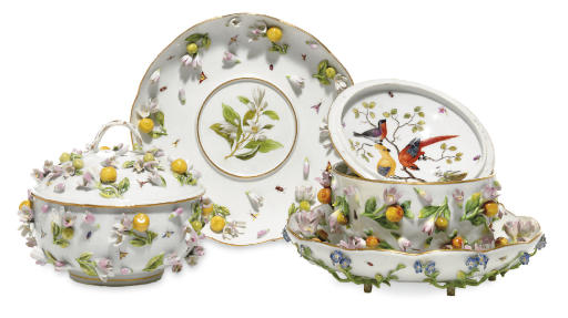 TWO MEISSEN FLOWER-ENCRUSTED É