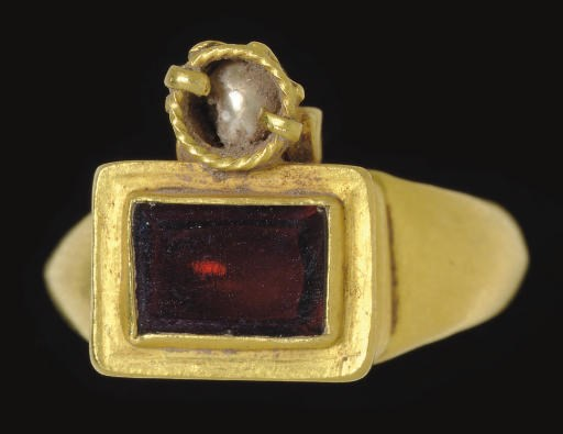 A ROMAN GOLD, GARNET AND PEARL