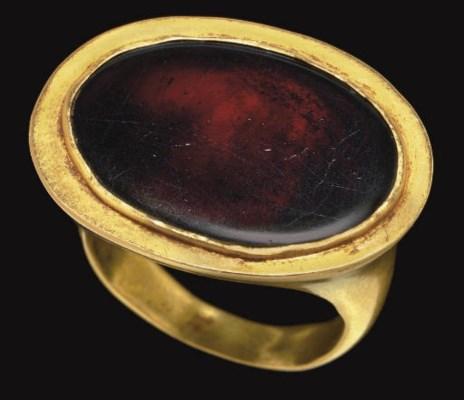 A GREEK GOLD AND GARNET FINGER