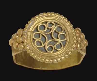 A BYZANTINE GOLD FINGER RING