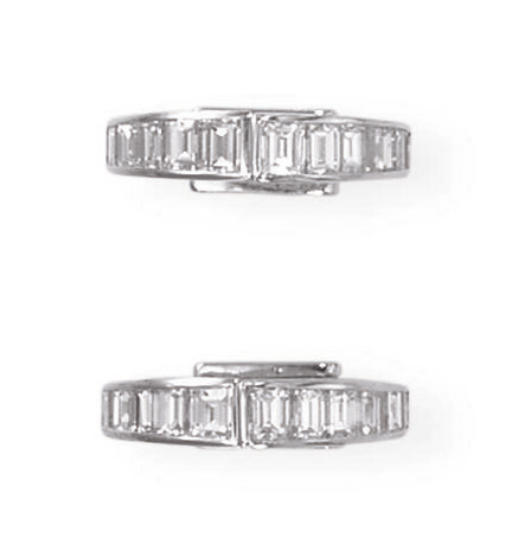A PAIR OF DIAMOND CUFFLINKS, B