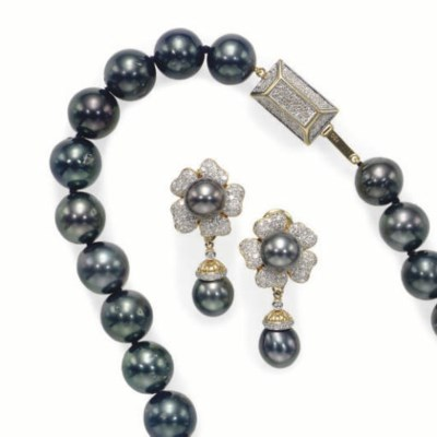 A SET OF BLACK CULTURED PEARL,