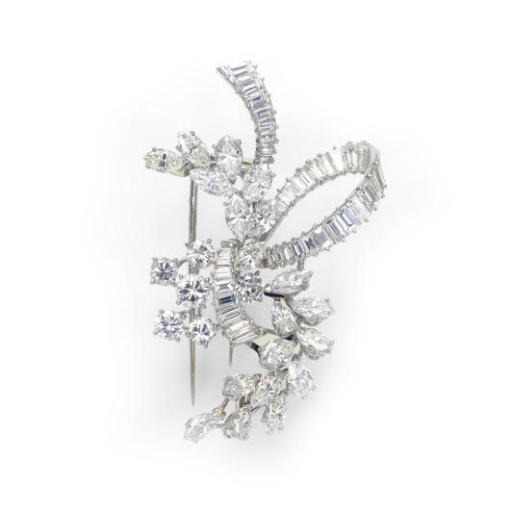A DIAMOND AND PLATINUM BROOCH,