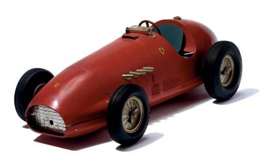 Ferrari 500 F2; un rare modèle promotionnel réduit à l' échelle 1/7 de la Ferrari 500 F2 de 1952 par MLB, en alliage moulé sous pression pour Toschi de Vignola 1953;  bon état; longueur 56cm. A l'époque ce modèle aurait été présentoir de trois bouteilles de liqueurs Toschi.