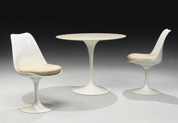 TABLE ET PAIRE DE FAUTEUILS MO