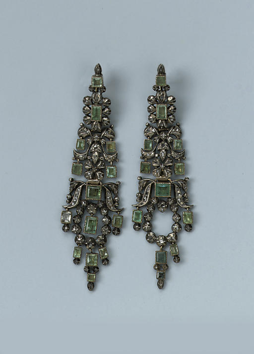 A PAIR OF ANTIQUE EMERALD AND DIAMOND EARRINGS