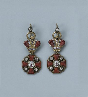 A PAIR OF ENAMEL EARRINGS