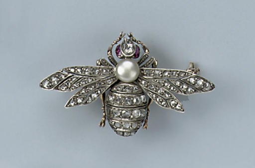 AN ANTIQUE GEM-SET BEE BROOCH