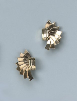 A PAIR OF GOLD RETRO EARCLIPS