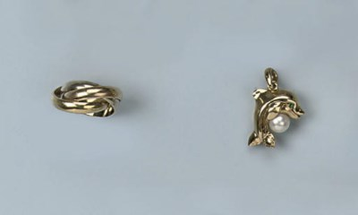 A GOLD RING AND PENDANT, BY CA