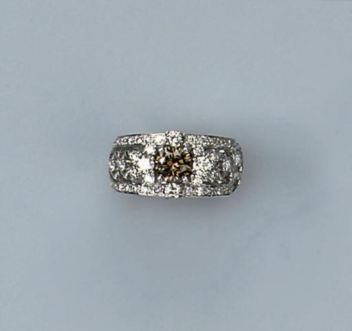 A DIAMOND AND COLOURED DIAMOND RING