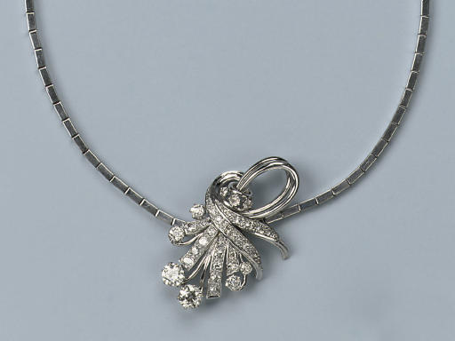 A NECKLACE WITH DIAMOND PENDANT