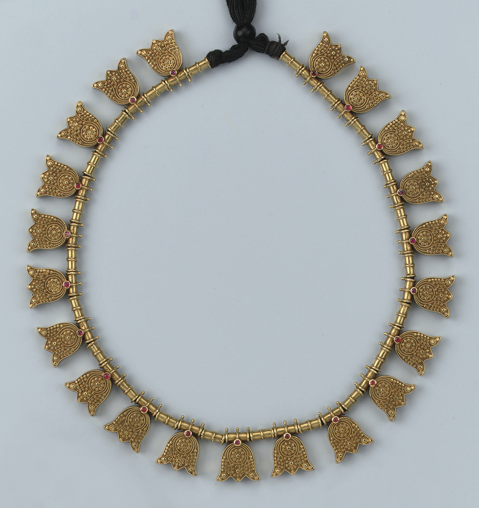 AN ANTIQUE INDIAN GOLD NECKLAC