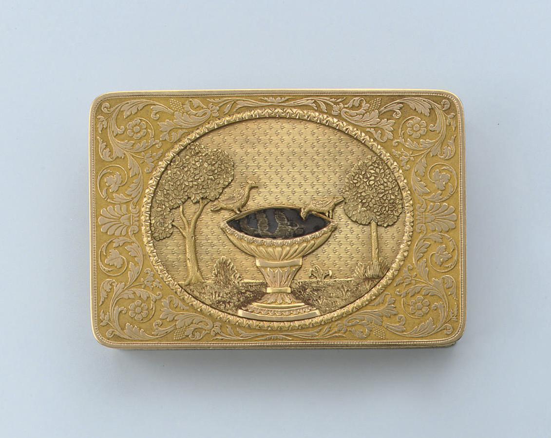 AN ANTIQUE GOLD SNUFF BOX