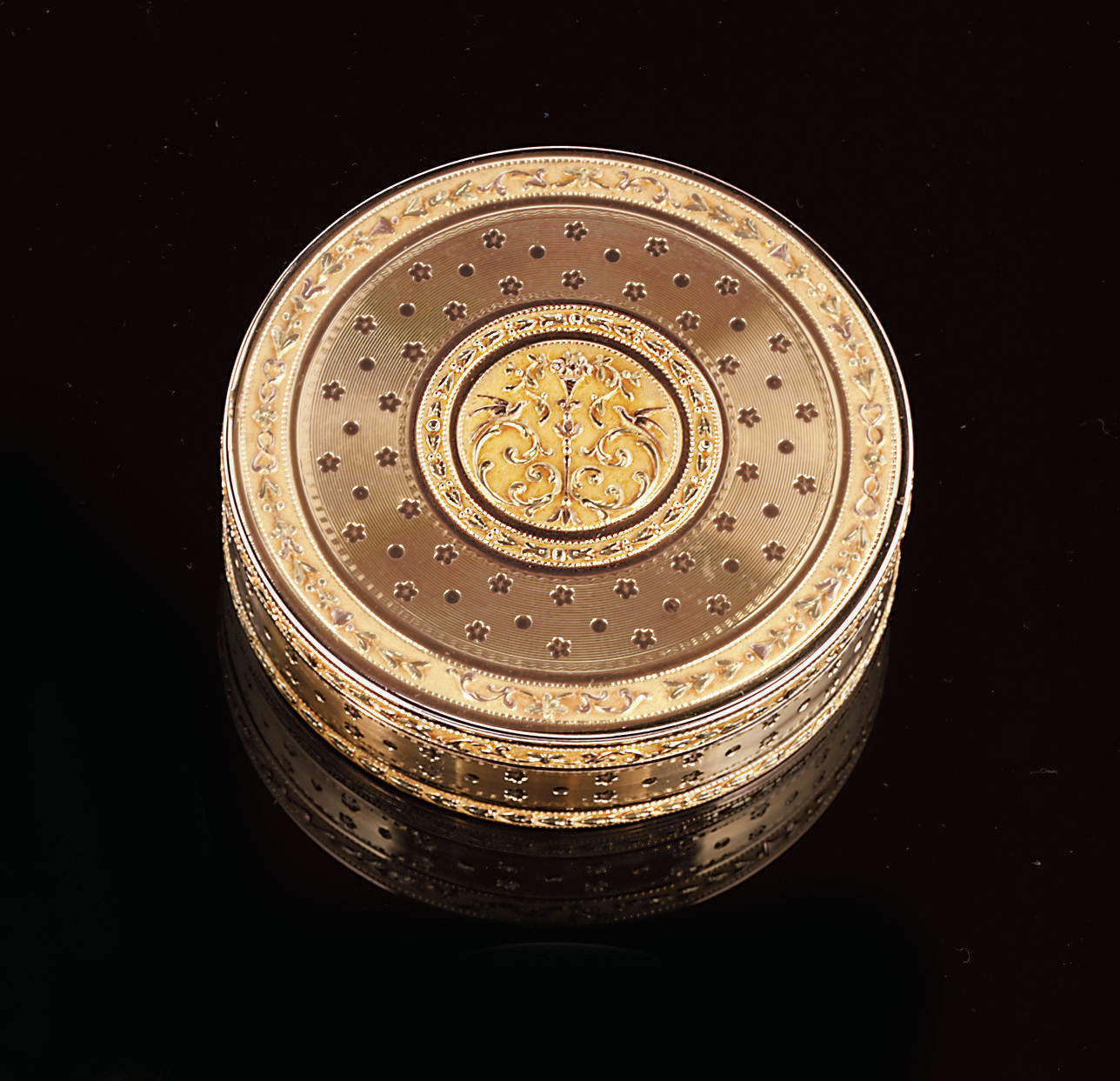A LOUIS XVI THREE-COLOUR GOLD SNUFF-BOX