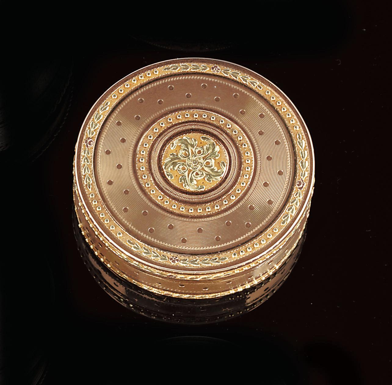 A LOUIS XVI TWO-COLOUR GOLD BONBONNIÈRE
