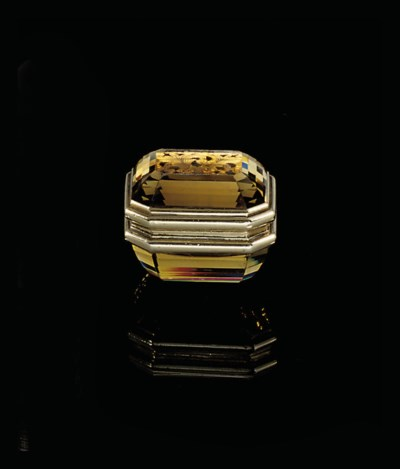 A GOLD-MOUNTED HARDSTONE VINAI