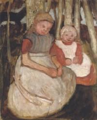 Zwei sitzende Mädchen vor Birkenstämmen