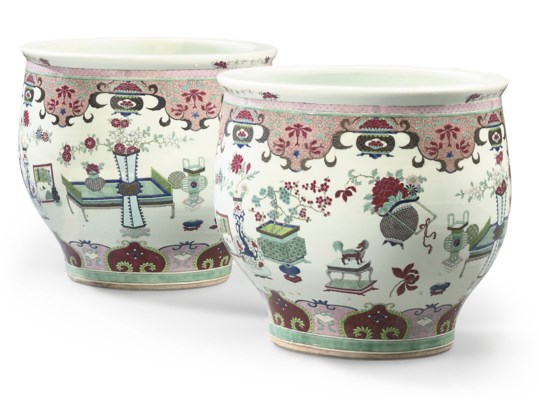 A PAIR OF CHINESE-STYLE FAMILL