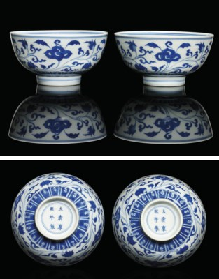 A PAIR OF FINE BLUE AND WHITE