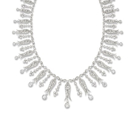 AN EDWARDIAN DIAMOND NECKLACE/