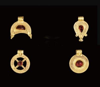 FOUR ROMAN GOLD AND GARNET PEN