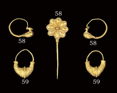 A HELLENISTIC GOLD ROSETTE PIN