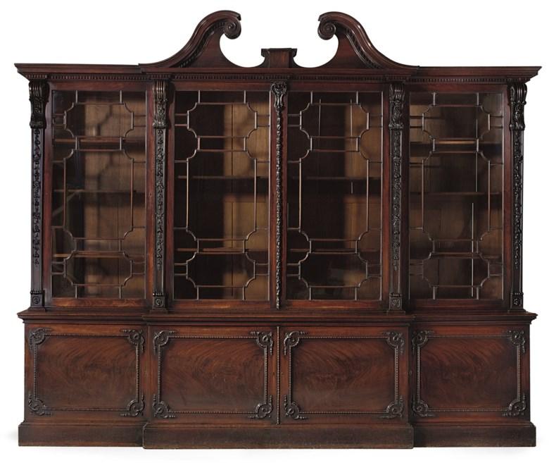 乔治三世时期桃花心木断层式书柜,汤玛斯‧齐本德尔设计,1764年制。高109½英寸(278公分);宽133¾英寸(340公分);深23英寸(58.5公分)。此拍品于2008年6月18日在佳士得伦敦售出,成交价2,057,250英镑