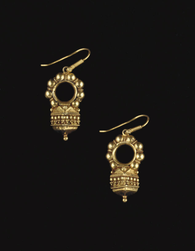 A PAIR OF VEDHLA GOLD EARRINGS