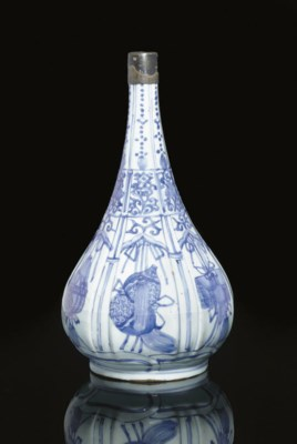 A kraak blue and white bottle