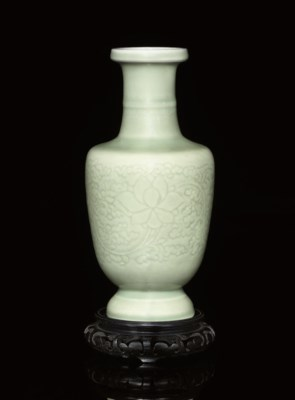 AN INCISED CELADON GLAZED VASE