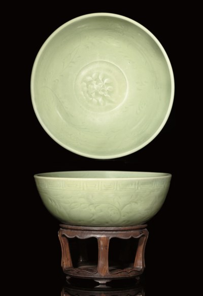 A LARGE CELADON BOWL, 15TH CEN