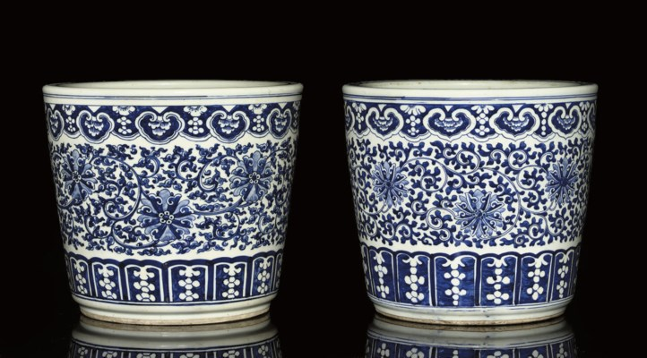 A SIMILAR PAIR OF BLUE AND WHI