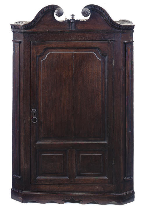 AN OAK HANGING CORNER CUPBOARD
