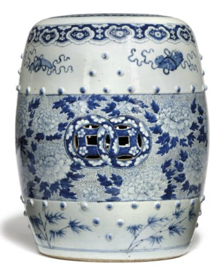 A CHINESE BLUE AND WHITE GARDE