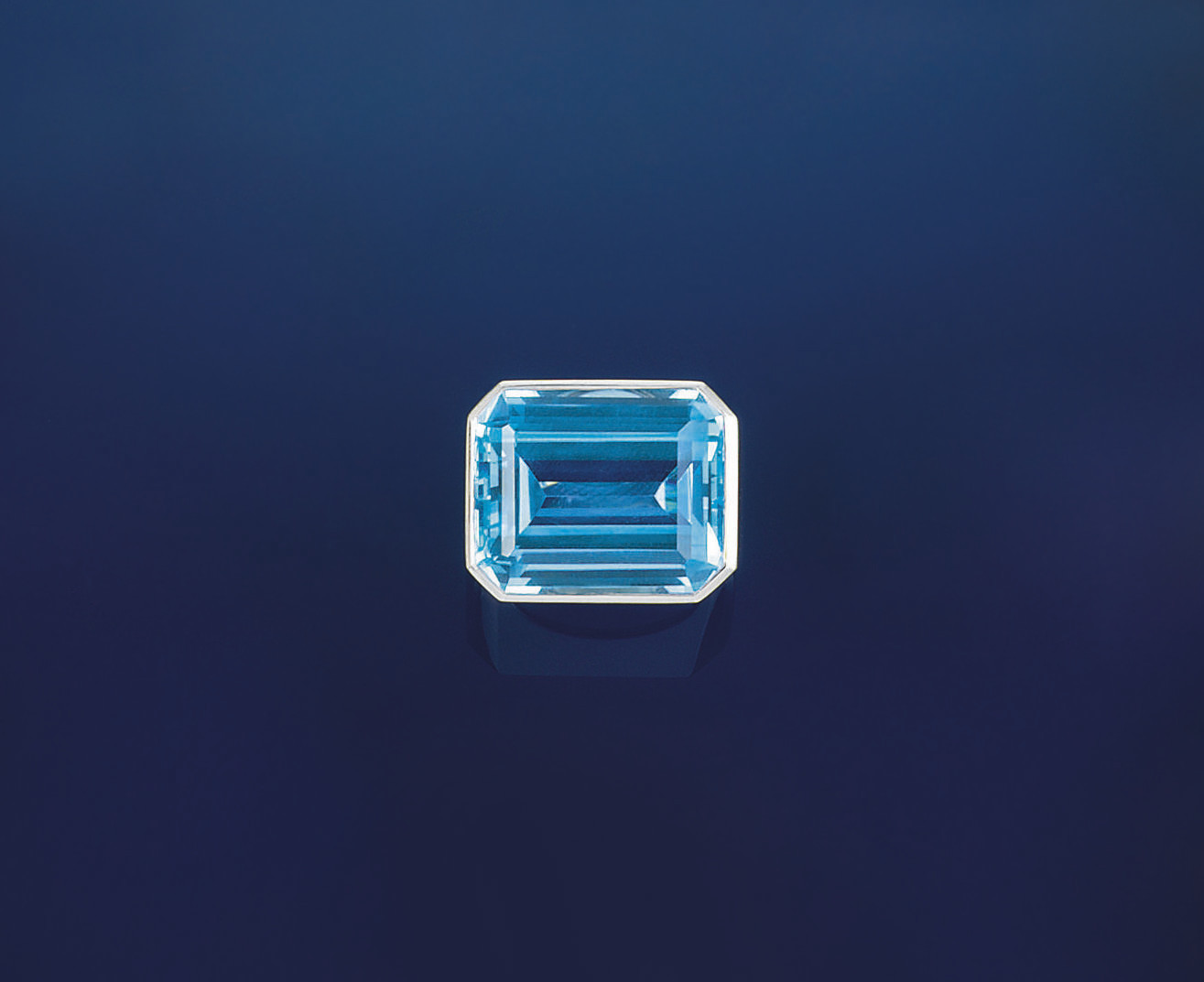 A BLUE TOPAZ SINGLE STONE RING