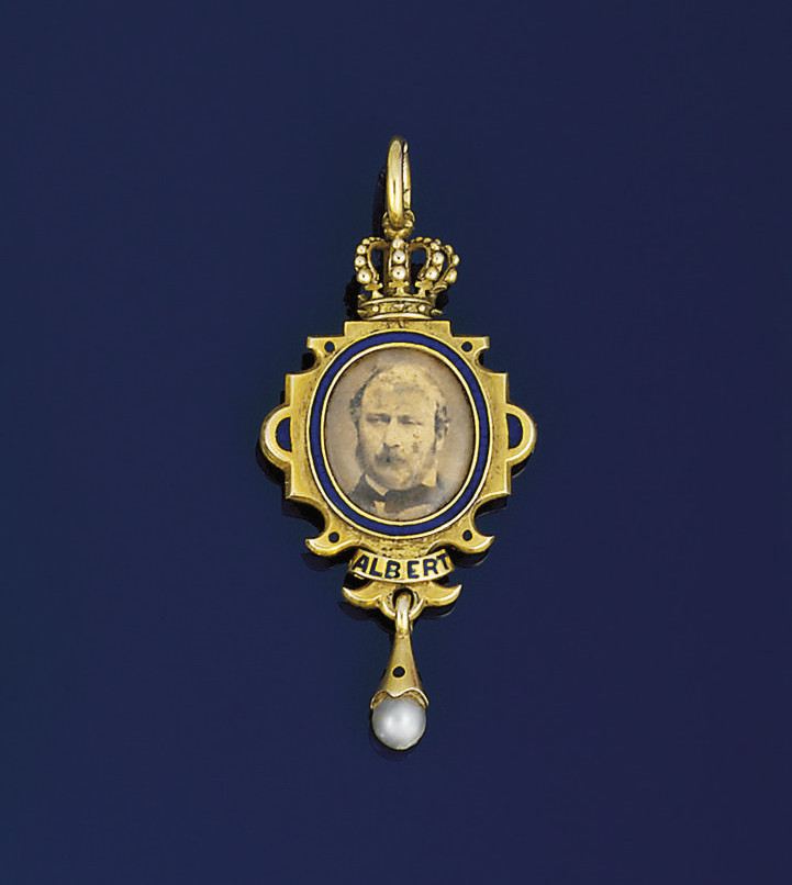 A Victorian gold and enamel me